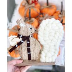 Есенна декорация дървена Катеричка в бяло