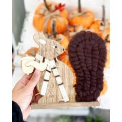 Есенна декорация дървена Катеричка в кафяво