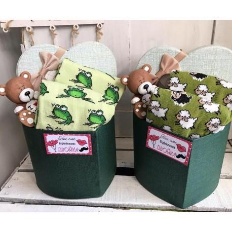 Подаръчна кутийка с два чифта чорапки и малки чашки